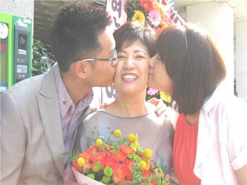 Hai đứa con bà đến chúc mừng mẹ tại trường nhân một ngày hội năm 2011. Ảnh: Haini.