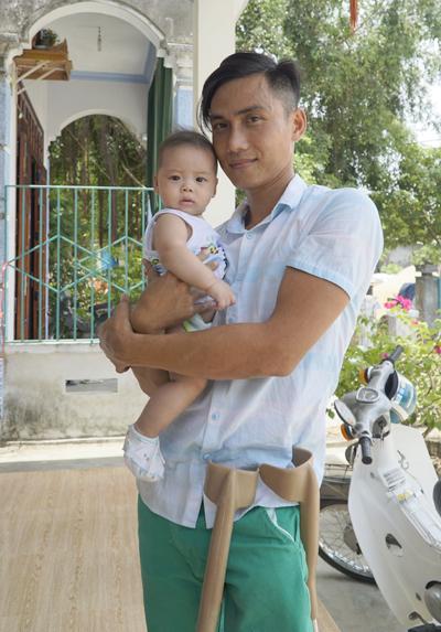Phi bên con út trong tổ ấm với vợ là một hướng dẫn viên du lịch cùng hai đứa con. Ảnh: Trọng Nghĩa.