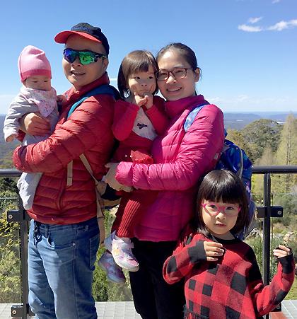 Xuân Hoàng hay đùa mình không phải đại gia nhưng luôn có các chân dài xung quanh. Trong ảnh anh cùng vợ và 3 con gái đi chơi tại. Ảnh: X.H.
