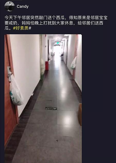 """æˉäo2在门口挂着西ç""""œï¼Œæ""""Ÿè°¢邻居们。 照片:sina.com"""
