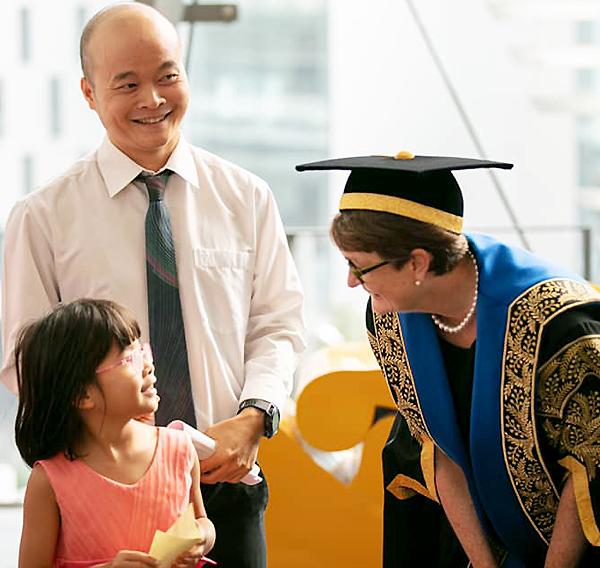 Đào Xuân Hoàng đưa con gái 8 tuổiđi cùng trong chuyến được Đại học công nghệ Syney - Đại học trẻ top đầu Australia - mời phát biểu trong lễ tốt nghiệp tháng 6 vừa qua. Ảnh: H.Đ.