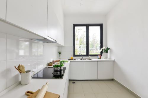 Tủ bếp sáng màu sẽ tạo cảm giác gian bếp rộng và sáng hơn.
