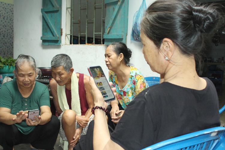 Chiều rảnh rỗi, 4 người già trong nhóm từ thiện miền Tây ngồi tụ tập xem điện thoại giải trí, trò chuyện về nhà với con cháu. Ảnh: Nhật Minh.
