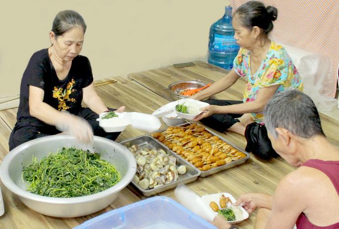 Cơm chay nhóm các cụ miền Tâyđưa đến bệnh viện thường gồm 4 món, trong đó có 2 món rau, 2 món chay giảmặn và nước canh. Ảnh: Nhật Minh.