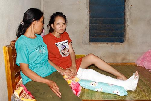 Bà Giỏ và con dâu bị tai nạn gãy chân, được cho về nhà điều trị. Ảnh: Quang Hà
