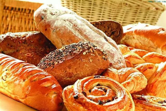Bánh quy khô giòn, bánh mỳ ngoài giòn, trong ẩm, nên để cạnh nhau sẽ làm hỏng 2 thứ.