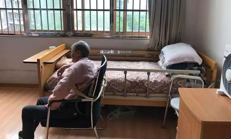 Vợ ông Wang hay ngồi buồn vì nhớ con. Ảnh: QE News.