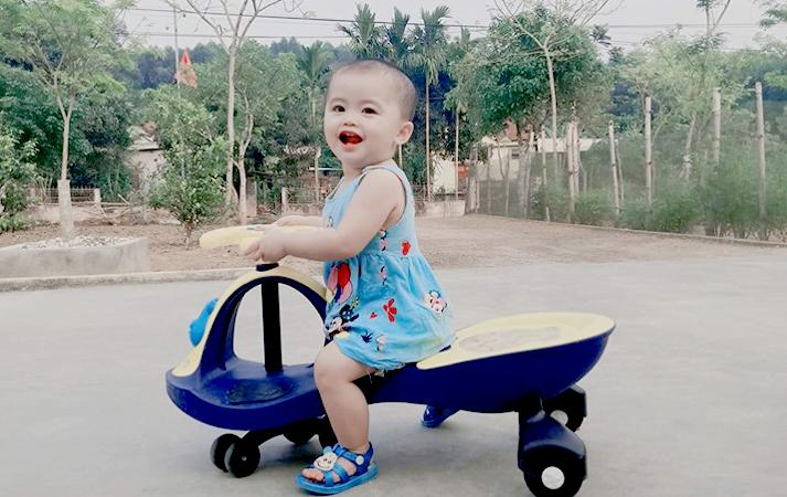 Thiên Ân (tên ở nhà là Nhím) nay đã được gần 2 tuổi, bé rất hiếu động và nhanh nhẹn. Ảnh: NVCC.
