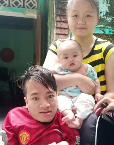 Vợ chồng Hà bên con gái khi bé được 5 tháng tuổi. Ảnh: NVCC.