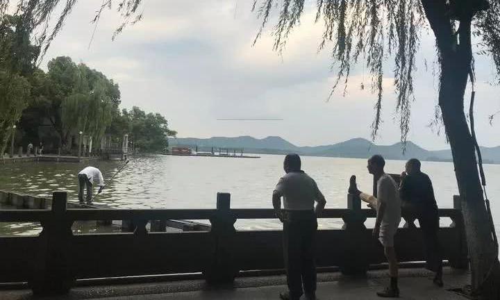 Dù hay bị các bạn trong viện dưỡng lão trách móc, ông Wang vẫn luôn dành thời gian tập thể dục, câu cá...với mọi người. Ảnh: QE News.