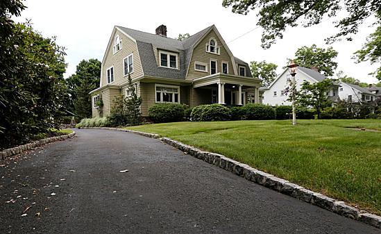 Ngôi nhà bí ẩn khiến gia đình không dám chuyển đến ở. Ảnh:Bloomberg.