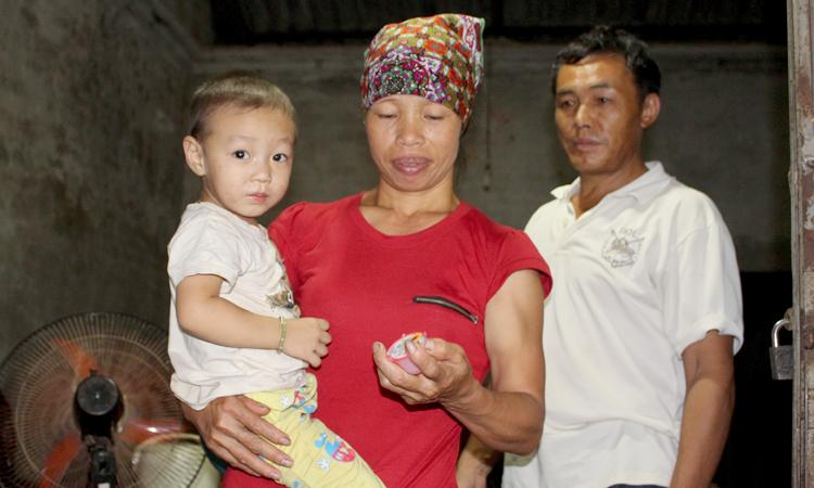 Về Việt Nam, vợ chồng chị Hằng được bố mẹ cất cho một căn nhà ngay mặt đường. Hằng ngày, chị Hằng và chồng đi đào củ mã thầy thuê, làm ruộng và chăn nuôi. Ảnh: Phạm Nga.