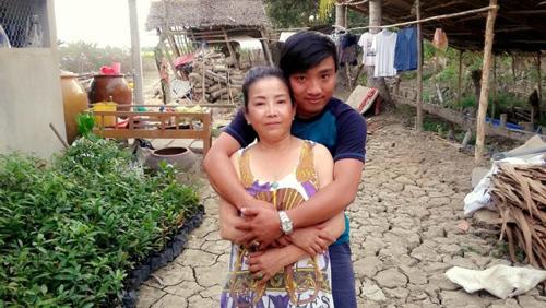 Giờ đây, tôi chỉ muốn trở về nhà để ôm mẹ vào lòng và được nghe mẹ kể những chuyện ngày xưa.