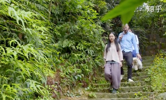 Cô gái nghỉ việc đưa cha mẹ lên núi sống ẩn dật