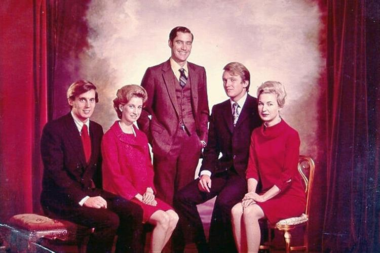 Anh chị em nhà Trump. Từ trái sang: Robert, Elizabeth, Fred Jr., Donald  và Maryanne. Ảnh: Trump campaign.