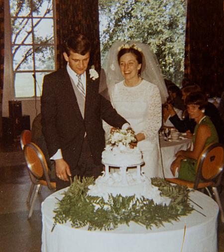 Vợ chồng Cowburn cắt bánh trong đám cưới năm 1970. Ảnh: Stephen Yang.