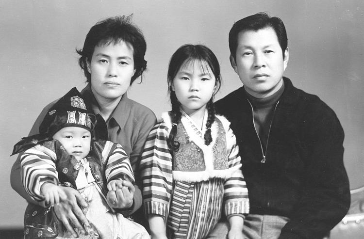 Bốn thành viên gia đình Suh: Ronald, Elizabeth, Catherine và Andrew. Ảnh: Chicago Tribune.