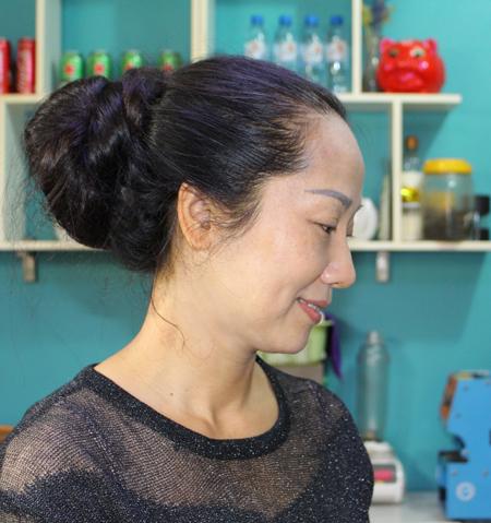 Chị Lan đang làm việc cho nhà hàng của một người thân tại TP Thái Bình. Ảnh: Phạm Nga.