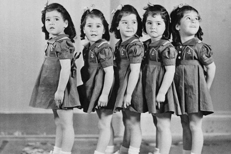 Năm chị em sinh năm nhà Dionne trở thành miếng mồi du lịch. Ảnh: Bettmann Archive.