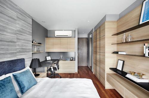 Phòng ngủ với máy lạnh treo tường mang đến bầu không khí mát mẻ, trong lành.