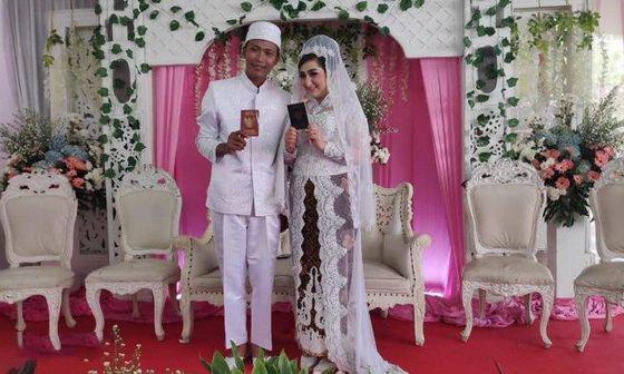 Arzum và Awan chi 50.000 USD (hơn một tỷ đồng) để tổ chức đám cưới. Ảnh: Indonesia News.