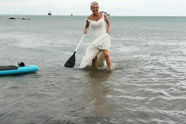 Bà Dawn tham gia cuộc đua thuyền Kayak mà không cảm thấy vướng víu bởi áo cưới. Ảnh: Fox News.