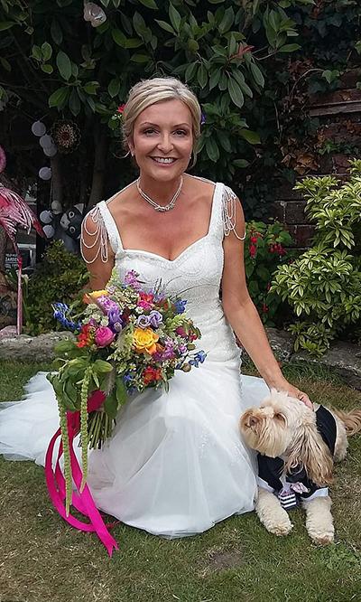 Bộ váy cưới của bà Dawn có giá gốc 1.800 bảng Anh nhưng được bà mua lại với giá rẻ. Ảnh: Fox News.