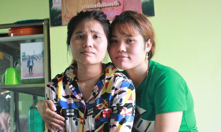 Pa (trái) và người thân sau khi được đoàn tụ với gia đình. Ảnh: Diệp Phan.