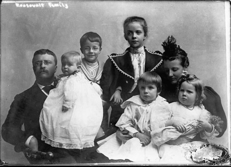 Gia đình Roosevelt. Alice đứng giữa hình. Ảnh: Allthatsinteresting.