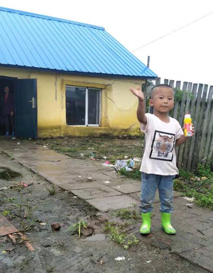 Cậu bé nghèo vất vả nhưng vẫn lạc quan, tươi tỉnh. Ảnh: Chinadaily.