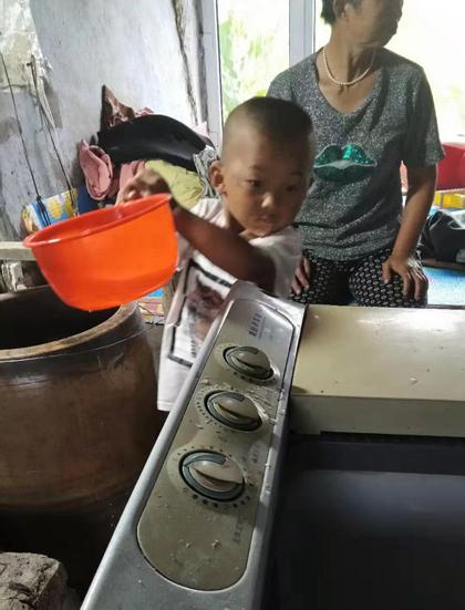 Yangyang biết nấu một số món cơ bản và sử dụng máy giặt. Ảnh: Chinadaily.