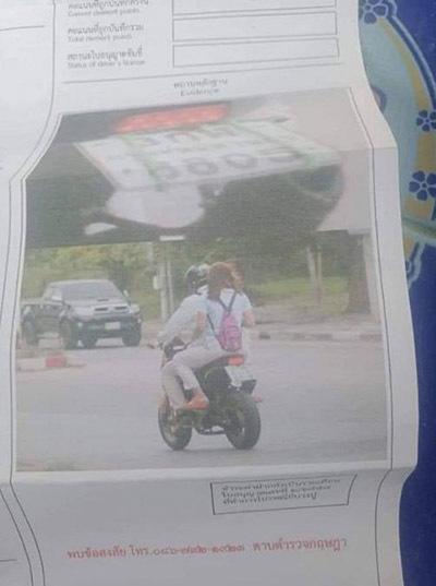 Người phụ nữ lạ mặt ôm chồng của Asanaan một cách tình tứ trên chiếc xe môtô chính chị mới mua cho chồng 2 tháng trước. Ảnh: Siam Variety.