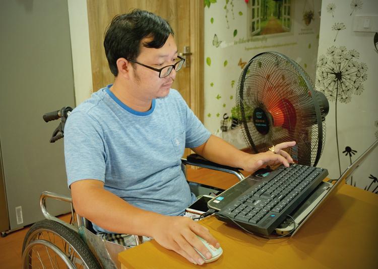 Mỗi ngày Nho làm việc 16-18 tiếng để kiếm tiền trả nợ ngân hàng cũng như tiết kiệm để đi kiếm con. Ảnh: Hải Hiền.