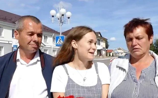 Yulia (giữa) và cha mẹ đoàn tụ sau 20 năm. Ảnh: The Sun.