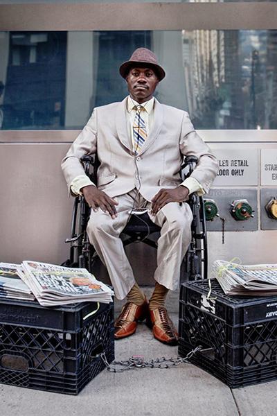 Steeve chọn công việc bán báo vì chán nản với dòng chảy hiện đại. Ảnh: New York Times.