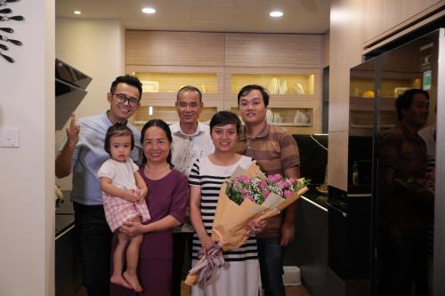 Gia đình chị Hà quây quần đông đủ trong căn bếp mơ ước mới được hoàn thiện.