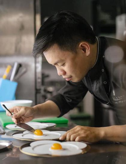 Nguyễn Huỳnh Đăng Khoa đang trổ tài với món trứng.