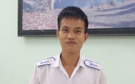 Anh Tranh được hãng taxi khen thưởng vì hành động trả lại ví cho khách. Ảnh: Quỳnh Quang.