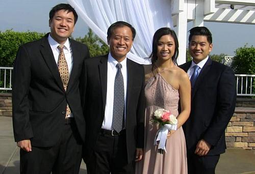 Justin Tam (ngoài cùng bên trái) bên bố và các em. Ảnh: NextShark.