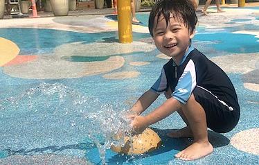 Nước là đồ chơi rất tốt với trẻ nhỏ. Ảnh: littlestepsasia.