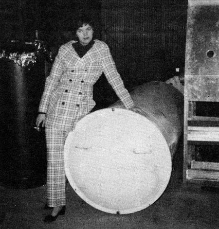 Cecilia Bedford (con dâu của Tiến sĩ Bedford) bên bể chứa thi hài bố chồng vào tháng 4/1970. Bể chứa này đã bịchuyển dịchlong đong qua nhiều đơn vịbảo quản, trước khi dừng lại ở công ty Alcor từnăm 1982 đến nay. Ảnh: alcor.