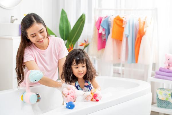 Mẹchú ý chọn sản phẩm tắmgội chiết xuất từ thiên nhiên,không chứa các chất gây hại da.