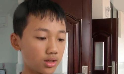Cậu học sinh 12 tuổi cho biết không ăn được trứng vì không biết bóc. Ảnh:kankannews