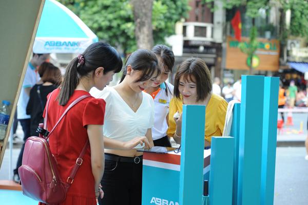 Giới trẻ trải nghiệm ứng dụng thanh toán bằng nhận diện gương mặt (Facial Payment) mang tên Wee@ABBank, công nghệ thanh toán bằng thẻ chip.