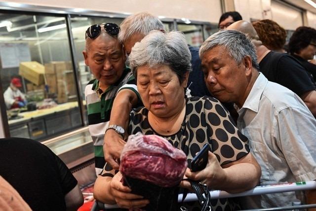 Nhiều người Trung Quốc tranh mua thịt lợn tại siêu thị Costo ở Thượng Hải vào ngày khai trương. Ảnh: Nhật báo kinh doanh Thành Đô.