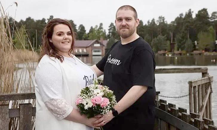 Đám cưới giản dị của Glen và Rebecca chỉ hết 1.105 bảng Anh thay vì 14.000 bảng Anh như dự kiến. Ảnh: Kennedy News.