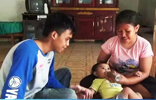 Vợ chồng chị Anita cho con uống cà phê thay sữa vì không có tiền. Ảnh: Kompas.com.
