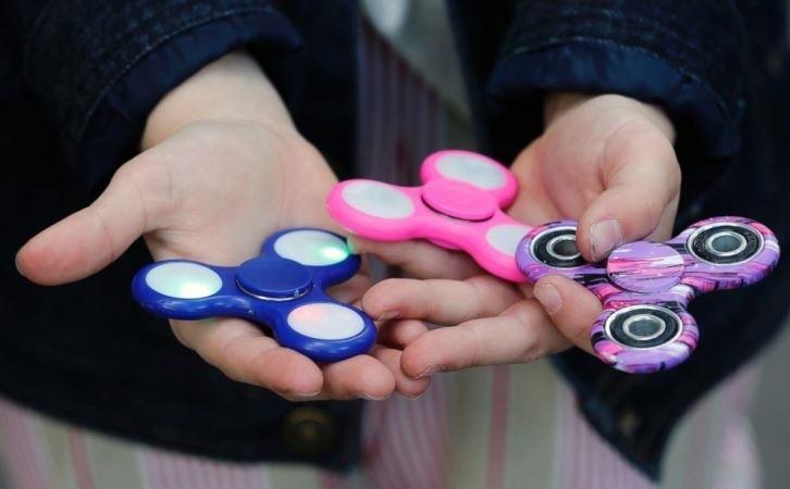 Con quay Fidget spinner được rất nhiều trẻ yêu thích. Ảnh: dayoo.com.