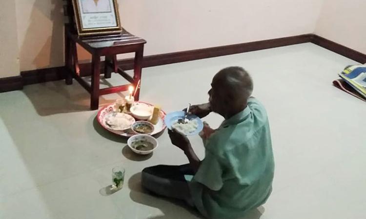Người đàn ông ngày ngày ăn cơm bên di ảnh vợ - Đời sống