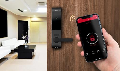 Với khóa điện tử Bluetooth Häfele, việc mở cửa nhà thật đơn giản và tiện lợi.